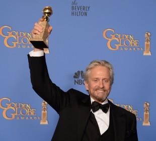 Michael Douglas med prisen han vann for rolla som Liberace i «Mitt liv med Liberace». (Foto:  AFP PHOTO / Robyn BECK)
