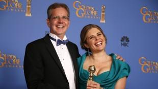 «Frozen»-regissørane Jennifer Lee og Chris Buck med Golden Globe-prisen for beste animasjonfilm. (Foto: REUTERS/Lucy Nicholson)