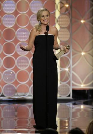 Amy Poehler mottar prisen for beste kvinnelige hovedrolle i en komi- eller musikalserie for «Parks and Recreation». (AP Photo/NBC, Paul Drinkwater)