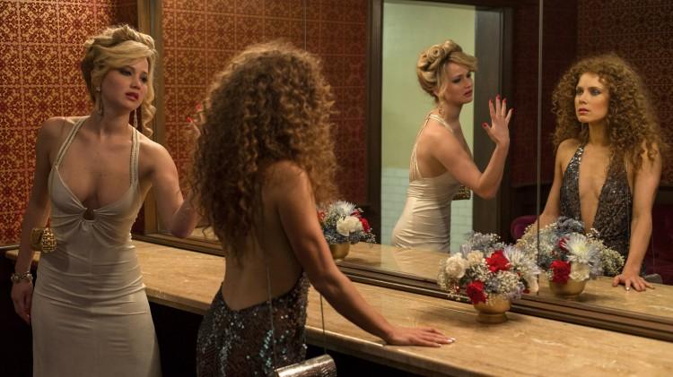 Jennifer Lawrence og Amy Adams i en lite komfortabel scene i American Hustle (Foto: SF Norge AS).