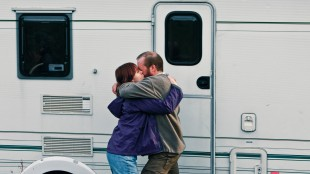 Tina (Alice Lowe) og Chris (Steve Oram) på romantisk ferie i Sightseers (Foto: Tour de Force).