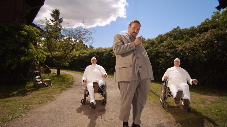 Atle Antonsen (Herr Thrane), Arve Guddingsmo Bjørn (Trym Thrane) og Even Guddingsmo Bjørn (Truls Thrane) i Doktor Proktors prompepulver (Foto: Maipo Film / Nordisk Film Distribusjon AS).