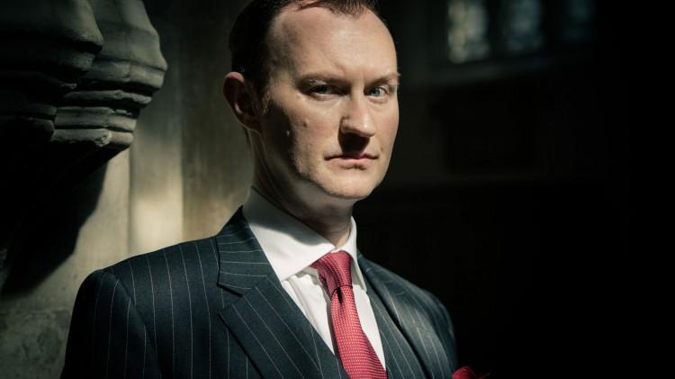 Mark Gatiss som Mycroft Holmes i Sherlock. (Foto: BBC).