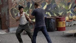 David Belle og Paul Walker måler krefter i Brick Mansions (Foto: Scanbox).
