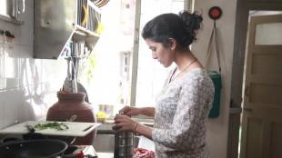 Ila (Nimrat Kaur) lager god mat i The Lunchbox (Foto: Scanbox).