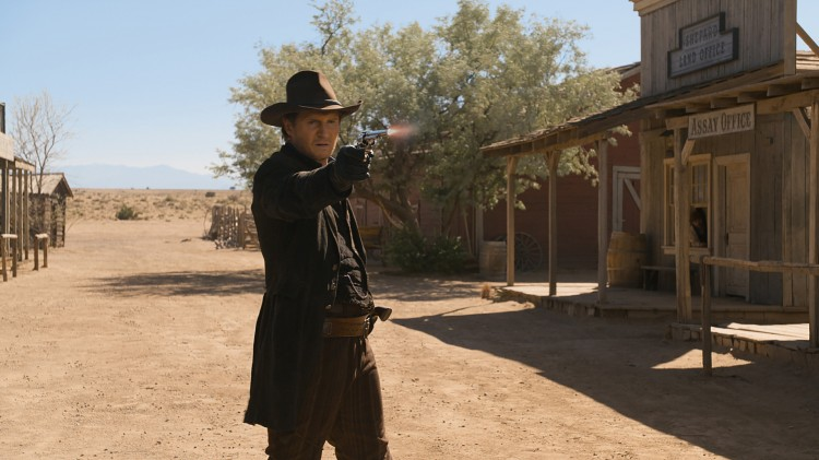 Klassisk duell på gata for Liam Neeson i A Million Ways To Die In The West (Foto: United International Pictures).