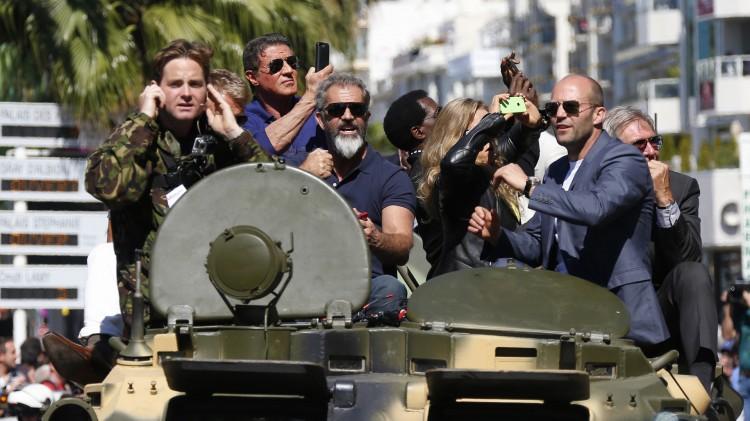 Sylvester Stallone, Mel Gibson, Jason Statham og Harrison Ford på vei mot Hotel Carlton i Cannes med tank (Foto: REUTERS/Yves Herman).