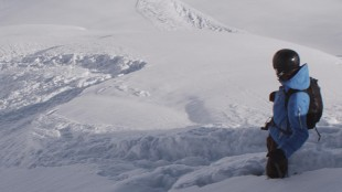 Tomas (Johannes Kuncke) på toppen av fjellet i Turist (Foto: Arthaus).