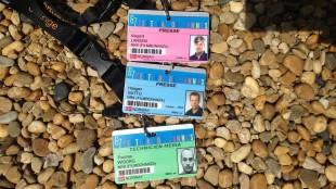 De fargekodede pressekortene angir ansenitet og gir ulik adgang til festivalens mange ettertraktede samlinger. (Foto: NRK)