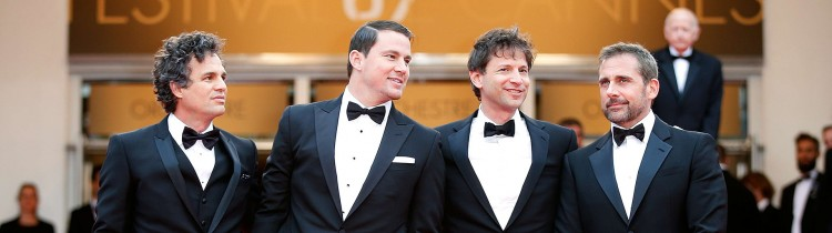 Mark Ruffalo, Channing Tatum, regissør Bennett Miller og Steve Carell poserer for fotografene på den røde løperen før visningen av «Foxcatcher». En av de tre skuespillerne ventes å motta en skuespillerpris på Cannes-festivalen. (Foto: AFP Photo / Valery Hache)