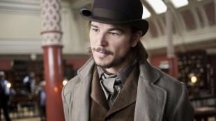 Josh Hartnett spiller en revolvermann i et omreisende ville vesten-show i Penny Dreadful. (Foto: HBO Nordic).