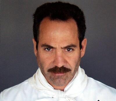 Larry Thomas fikk en noe uventet karrieretopp i rollen som kokken Yev Kassem i episoden «The Soup Nazi». (Promofoto: NBC/Sony)
