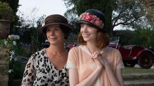Marcia Gay Harden og Emma Stone spiller mor og datter i Magic In The Moonlight (Foto: Scanbox).