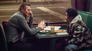 """Liam Neeson og Brian """"Astro"""" Bradley i A Walk Among The Tombstones (Foto: Scanbox)."""
