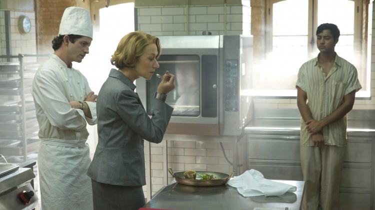 Madame Mallory (Helen Mirren) smaker på suppa i En trettimeters reise (Foto: Nordisk Film Distribusjon AS).