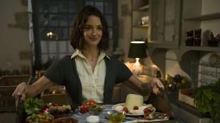 Marguerite (Charlotte Le Bon) serverer godsaker i En trettimeters reise (Foto: Nordisk Film Distribusjon AS).