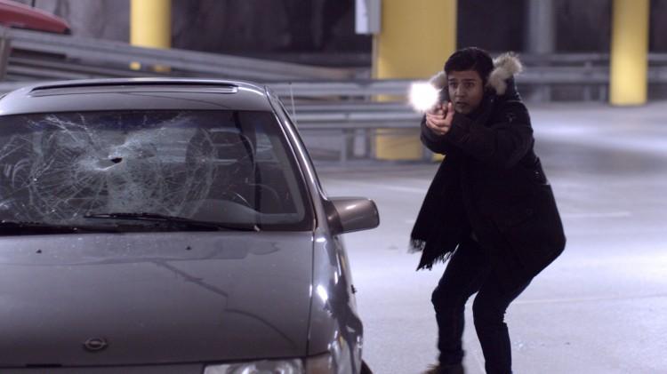 Omar (Elias Ali) fyrer løs med pistol i Haram (Foto: Curry Film).