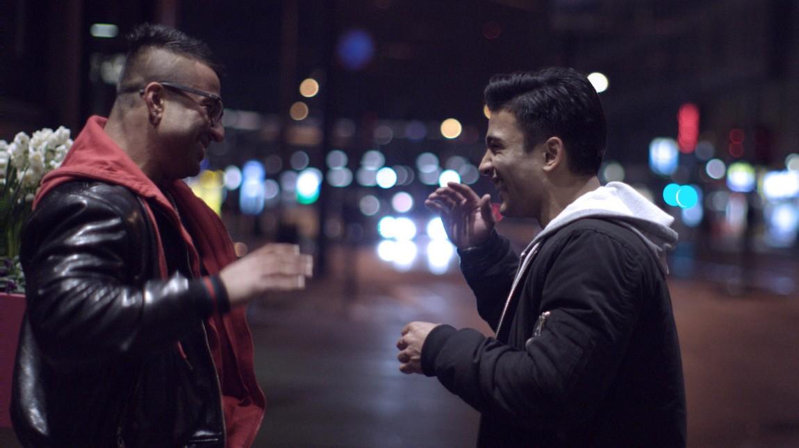 Khuram (Sohail Anwar) og Omar (Elias Ali) i et sjeldent lystig øyeblikk i Haram (Foto: Curry Film).
