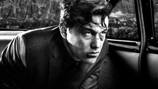Gambleren Johnny (Joseph Gordon-Levitt) med høyt spill i Sin City: A Dame to Kill For (Foto: SF Norge AS).