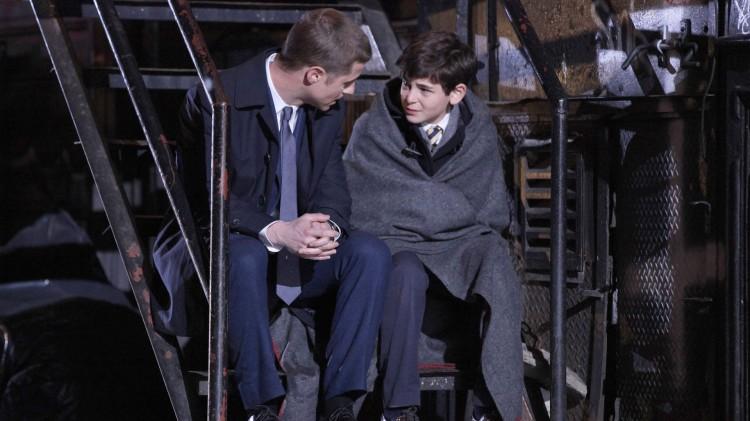 Detektiv James Gordon møter lille Bruce Wayne for første gang. (Foto: C More).
