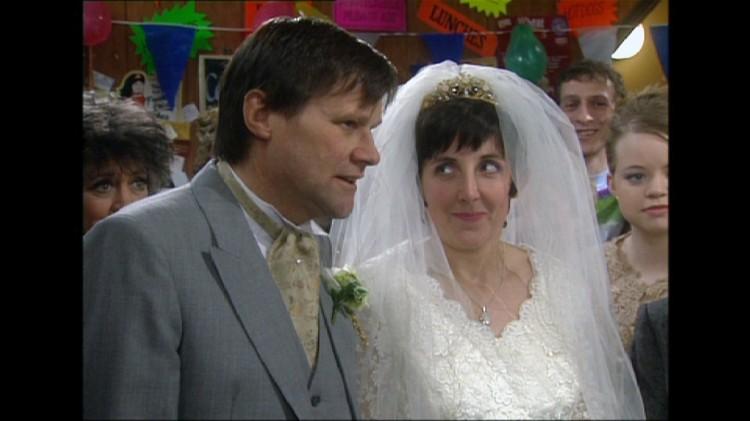 Stillbilde fra «Coronation Street»-episoden hvor Hayley og Roy gifter seg (1999). (Foto: ITV)