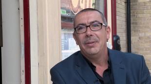 Stuart Blackburn er en av produsentene bak «Coronation Street», verdens lengstlevende såpeserie som fortsatt sendes på tv. (Foto: NRK)