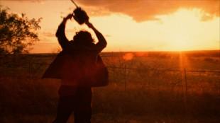 Leatherface (Gunnar Hansen) danser med redskapen i Motorsagmassakren (Foto: Another World Entertainment Norway AS).