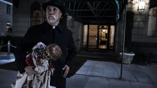 Man kan ikke lage skrekkfilm med demoner uten en katolsk prest. (Foto: Warner Bros. Pictures/ SF Norge).
