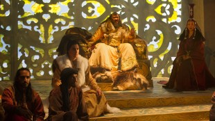Skuespillerne Mahesh Jadu, Amr Waked, Remy Hii, Benedict Wong og Joan Chen i en scene fra «Marco Polo». (Foto: Phil Bray / Netflix)