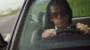 Nick Cave kjører rundt i hjembyen Brighton i 20.000 Days On Earth (Foto: Tour de Force).