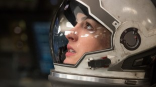 Anne Hathaway ser utover i Interstellar (Foto: Warner Bros. Pictures/ SF Norge).