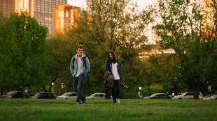 Alex (Sam Claflin) og Rosie (Lily Collins) er bestevenner i Love, Rosie (Foto: SF Norge AS).