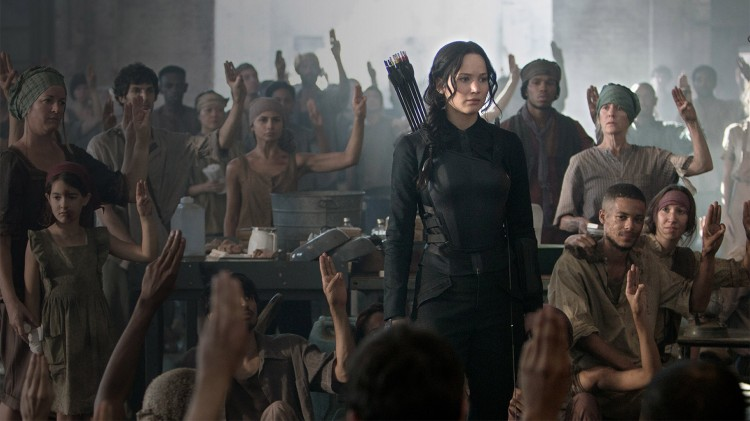 Katniss (Jennifer Lawrence) besøker et lasarett i The Hunger Games: Mockingjay Part 1 (Foto: Lionsgate).