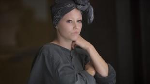 Effie Trinkett (Elizabeth Banks) har en mer nedtonet figur i The Hunger Games: Mockingjay Part 1 (Foto: Lionsgate).
