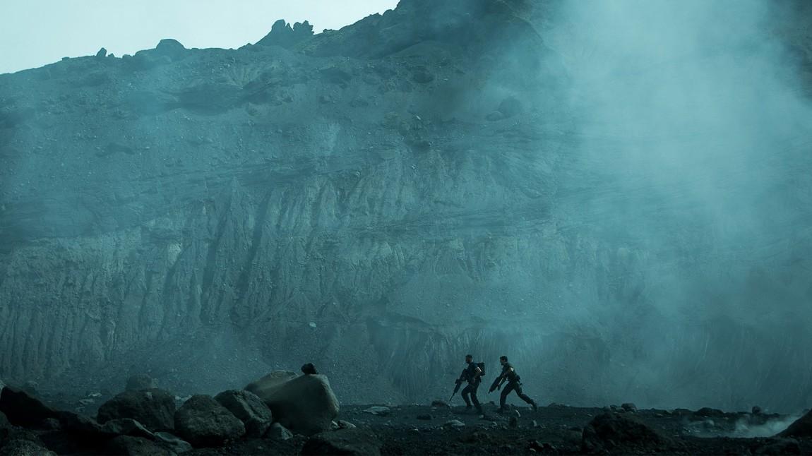 «Halo: Nightfall» finner sitt visuelle uttrykk når soldatene reiser inn i ukjent territorie. Promobilde fra serien. (Promofoto: Microsoft)