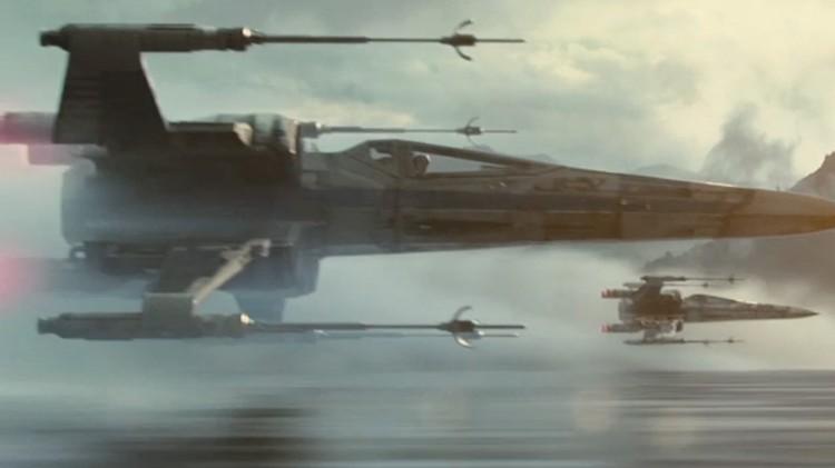 Flere X-wings flyr lavt i Star Wars: The Force Awakens (Foto: The Walt Disney Company).