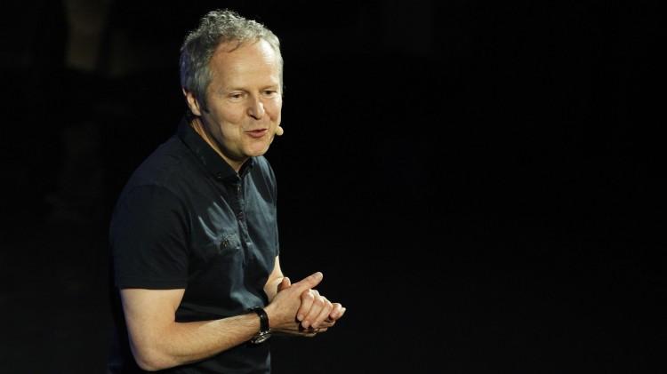 Ubisoft-sjefen Yves Guillemot er blant spillverdenens mektigste ledere og dukker ofte opp på verdens største spillmesser for å snakke om selskapets kommende spillplaner. Her fra E3-messen i juni. (Foto: Dan R. Krauss/Getty Images/AFP)