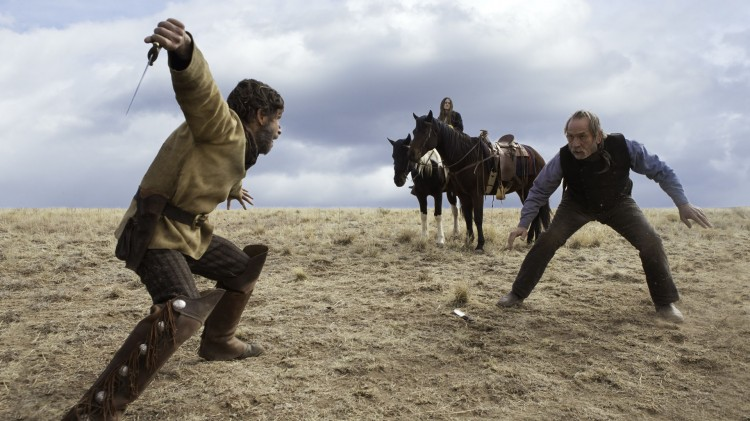 Tim Blake Nelson og Tommy Lee Jones i knivkamp i The Homesman (Foto: Scanbox).