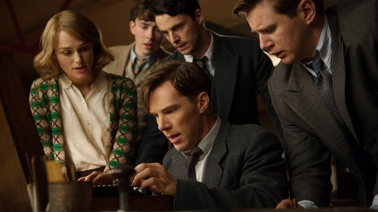 Alan Turing (Benedict Cumberbatch) og hans team forsøker å knekke kodemaskina Enigma i The Imitation Game (Foto: SF Norge AS).