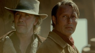 Mikael Persbrandt og Mads Mikkelsen spiller brødre i The Salvation (Foto: Another World Entertainment Norway AS).