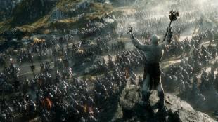 Tusenvis av soldater samles foran portene til Erebor i den siste filmen i «Hobbiten»-trilogien. (Foto: SF Norge)