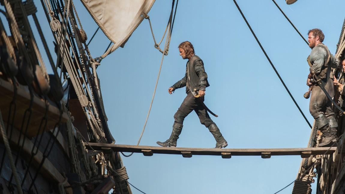 Piratkapteinen Ned Low (Tadhg Murphy) leder an i angrepet på et dødsdømt handelsskip. (Foto: HBO Nordic/Starz)
