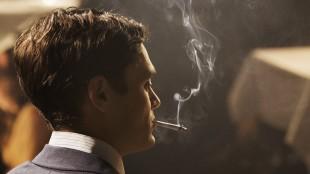 David Decik gjør en troverdig og sår rolle som levemannen Henry Morgan. (Foto: SF Norge)