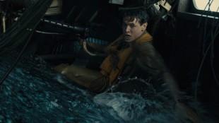 Louis Zamperini (Jack O'Connell) i dramatisk nødlanding til havs i Unbroken (Foto: United International Pictures).