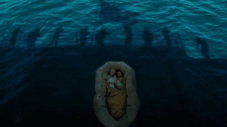 """Louis Zamperini (Jack O'Connell) og Phil (Domhnall Gleeson) blir """"reddet"""" i Unbroken (Foto: United International Pictures)."""