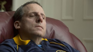 Steve Carell er nærmest ugjenkjennelig i Foxcatcher.   (Foto: United International Pictures).