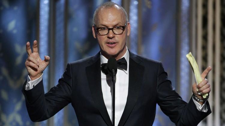 Michael Keaton var tydelig rørt da han mottok prisen for beste mannlige hovedrolle i en musikal/komedie, og måtte felle noen tårer da han takket sønnen sin. (Foto: AP Photo/NBC, Paul Drinkwater, NTB Scanpix).