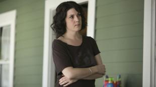 Melanie Lynskey sjarmerer som Michelle, som sliter i forholdet med ektemannen Brett. (Foto: HBO).