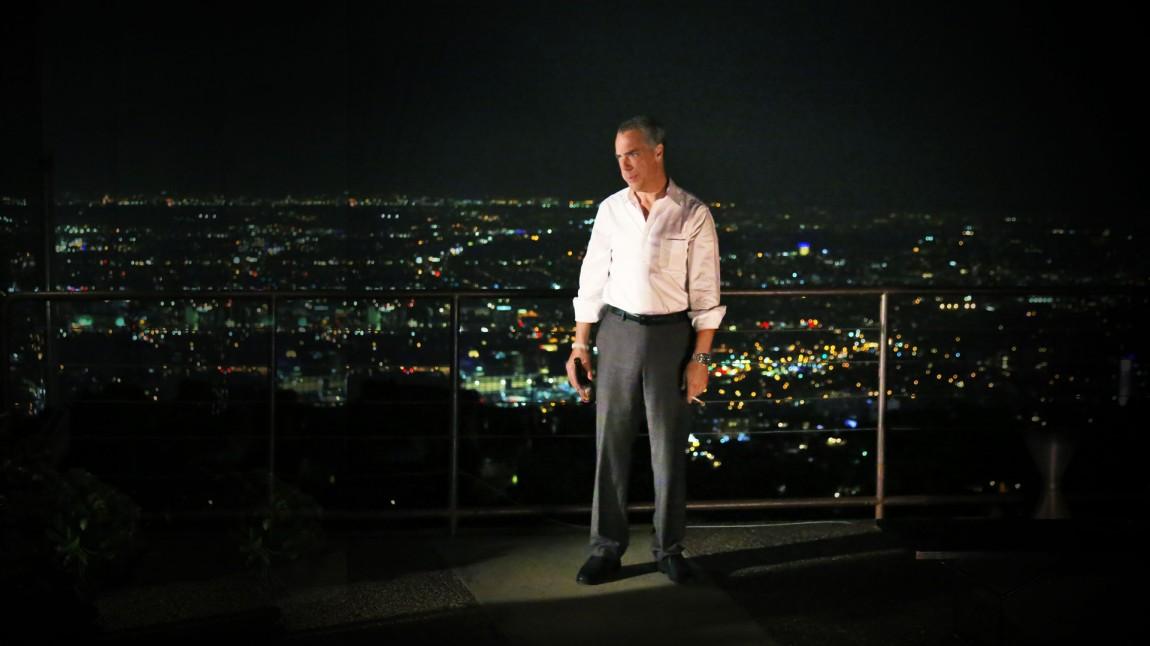 Harry Bosch (Titus Welliver) med sigarett, øl og mye å tenke på, utenfor sin leilighet med utsikt over syndefulle Los Angeles. (Foto: HBO Nordic)