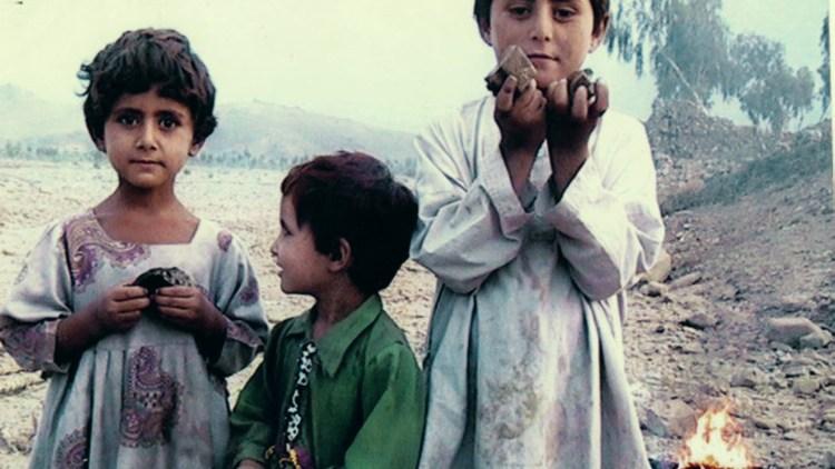 Pakistanske barn leker i ruiner etter et angrep i Drone (Foto: Tour de Force).